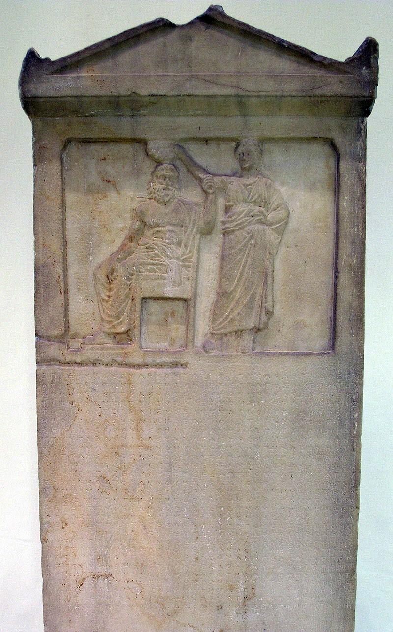 Stèle représentant le Démos couronné par la Démocratie