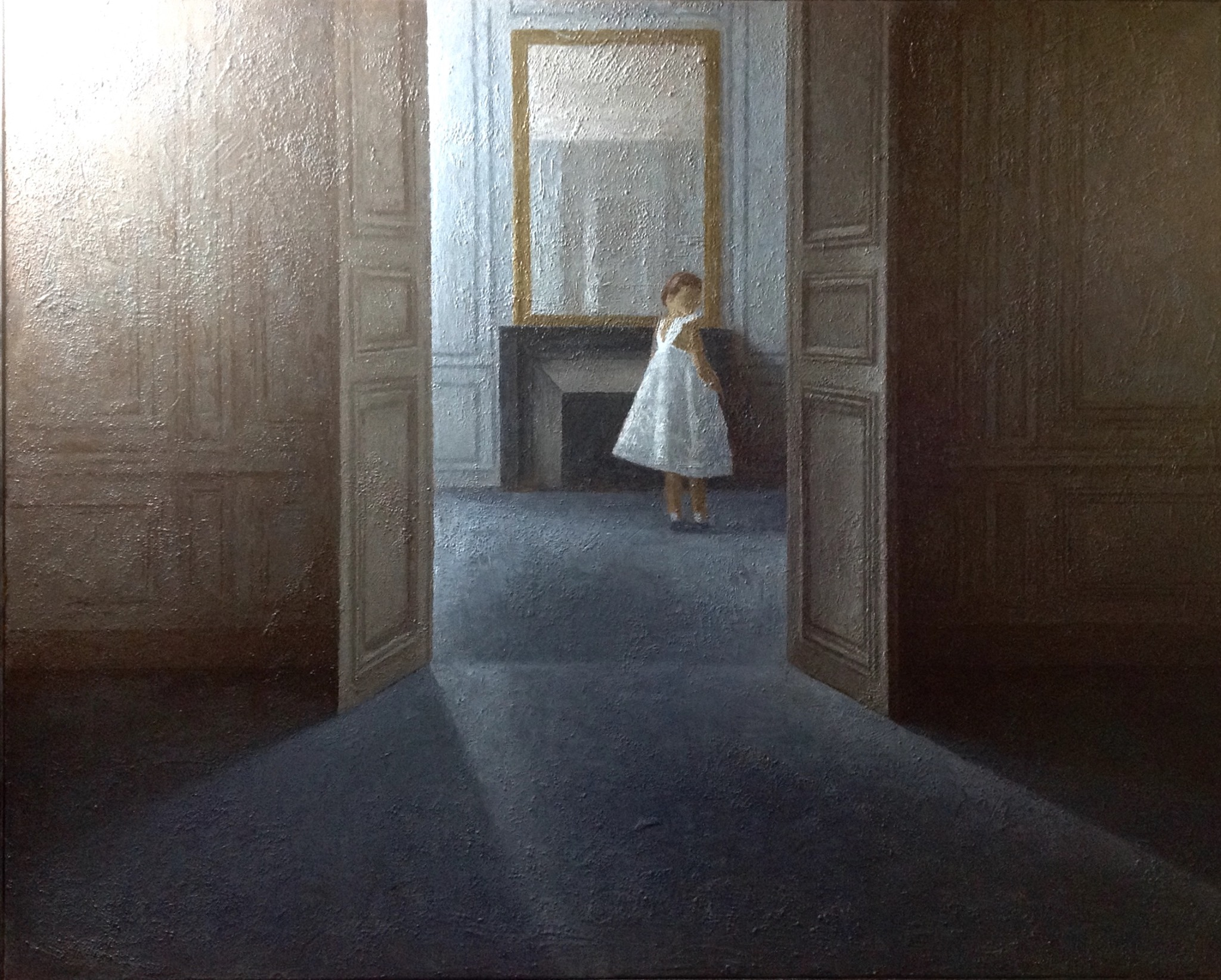 Jeune fille dans un intérieur