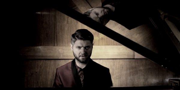 Pierre Lapointe, nu et vivant au piano