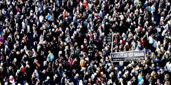 Messe noire de monde dans la rue Morgue