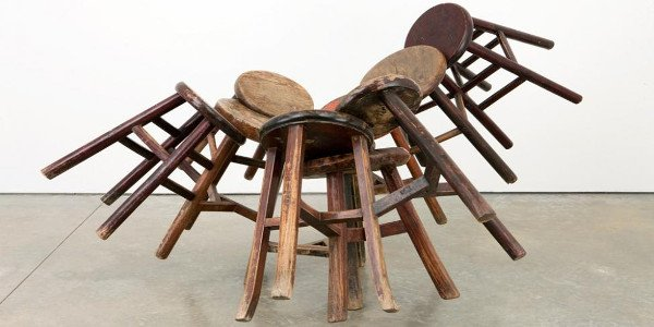De la fonction transcendantoire du tabouret dans l'art du contemporain