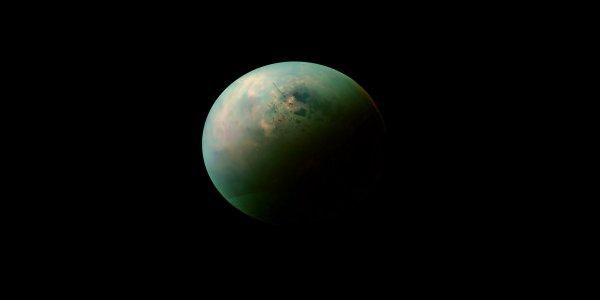Le Soleil se reflète sur les mers d'hydrocarbure de Titan